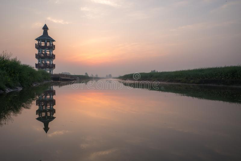 XINGHUA, ΚΙΝΑ: Κανάλι στον τομέα συναπόσπορων στο πρωί στοκ εικόνες