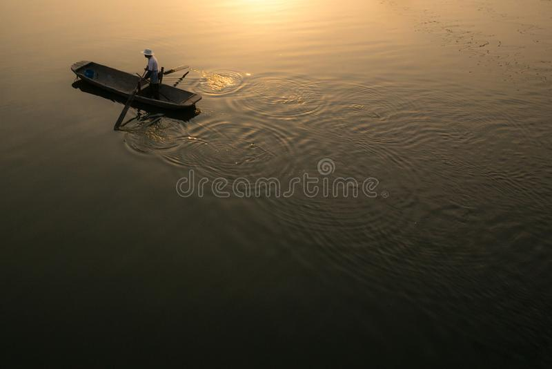 XINGHUA, barco de pá ao longo do canal no campo da colza na manhã foto de stock royalty free