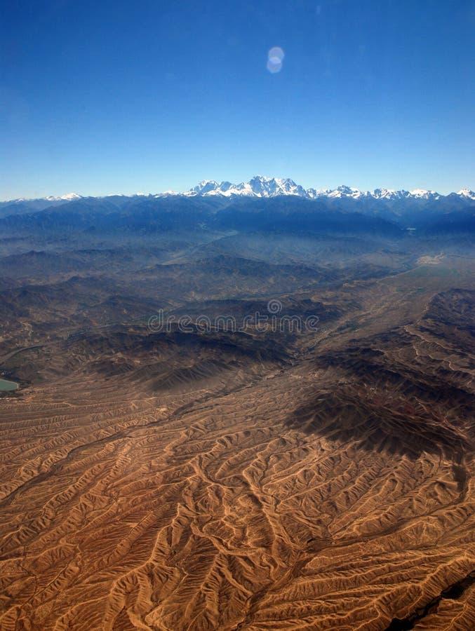 Xinjiang, China, de herfstgrassen en stad royalty-vrije stock afbeeldingen