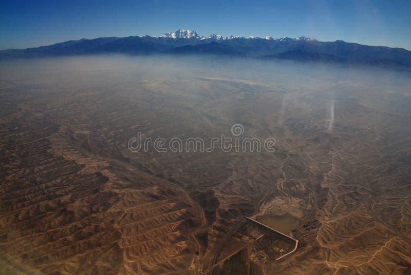 Xinjiang, China, de herfstgrassen en stad stock fotografie