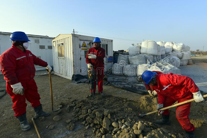 Xinjiang, China: Trabajadores del petróleo que respiran en la guerra '39' del hielo foto de archivo