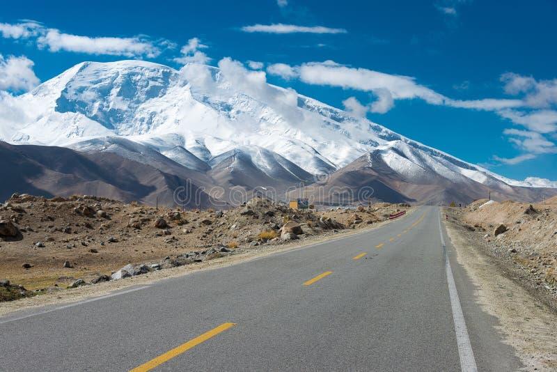 XINJIANG CHINY, Maj, - 21 2015: Karakoram autostrada sławne ziemie obrazy royalty free