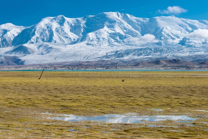 XINJIANG CHINY, Maj, - 21 2015: Karakul jezioro sławny krajobraz zdjęcie stock