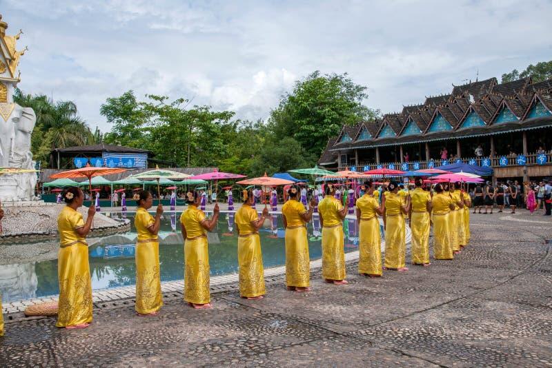 Xishuangbanna Dai Park Xiaoganlanba på plaskande fyrkantiga dansare (gud) som royaltyfria foton