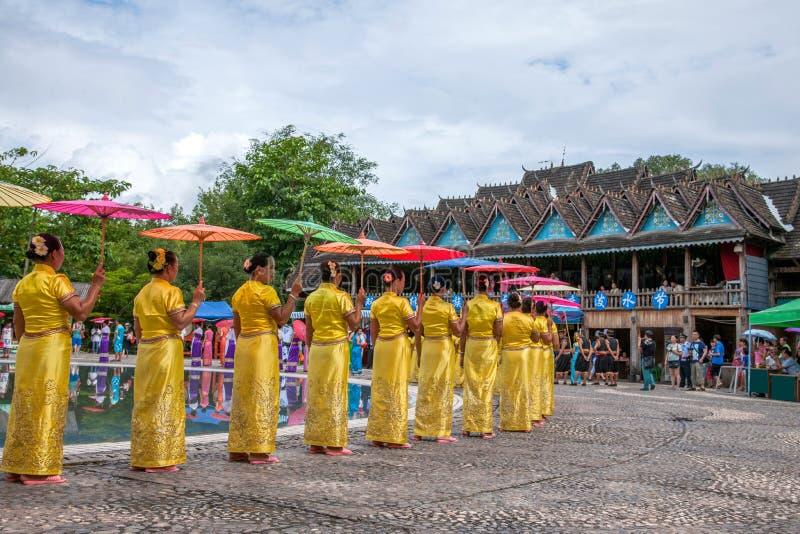 Xishuangbanna Dai Park Xiaoganlanba på plaskande fyrkantiga dansare (gud) som arkivbilder