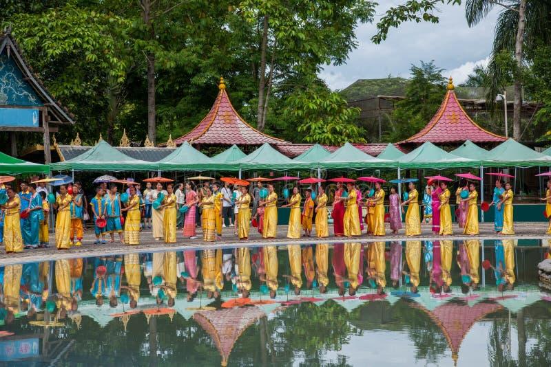 Xishuangbanna Dai Park Xiaoganlanba på plaskande fyrkantiga dansare (gud) som royaltyfria bilder
