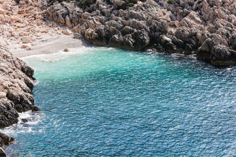Xit от моря на скалистом побережье стоковые изображения rf