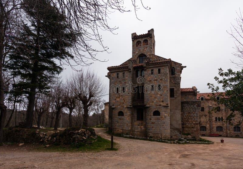 xiv世纪古色古香的城堡在Monsenny国家公园,卡塔龙尼亚 库存图片