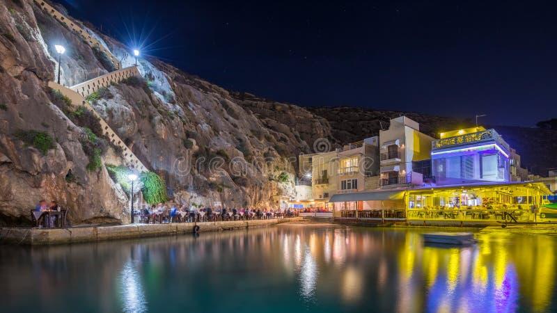 Xlendi, Gozo - Piękna wygodna lato noc przy Xlendi zatoką zdjęcia royalty free