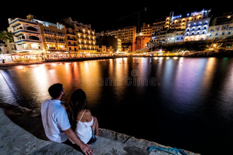 Xlendi, una ciudad de vacaciones en Gozo, Malta en la noche imagenes de archivo