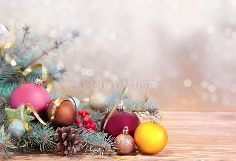Download Xmas假日背景 在木头的Fir&球与被弄脏的backdro 库存图片 - 图片 包括有 闪烁, 冷杉: 62533383