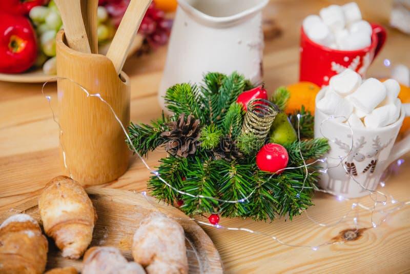 Xmas树和锥体的枝杈的圣诞装饰 库存图片
