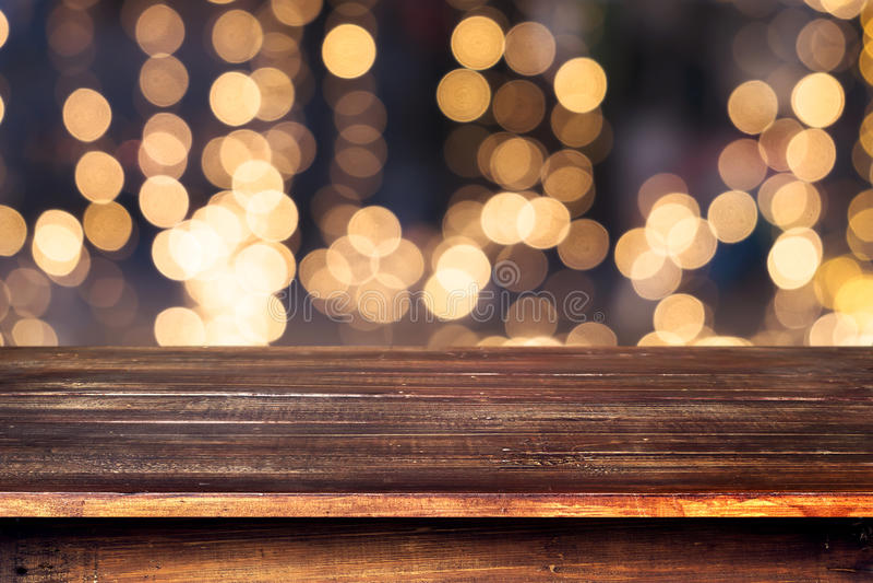 从Xmas树的圣诞节抽象背景光bokeh在夜党在冬天 库存图片