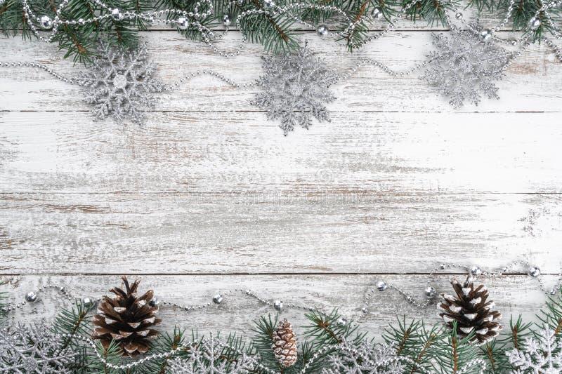 Xmas贺卡 老木圣诞节背景 诗歌选和雪花 分支锥体冷杉 库存图片