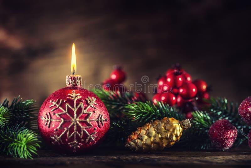 xmas подарка украшения рождества свечки предпосылки золотистый Свеча горения рождества с украшениями рождества стоковые фото