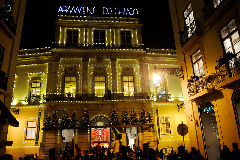 Xmas de Lisboa, área de compra de Chiado, rua superior velha da cidade, feriados do Natal fotografia de stock royalty free