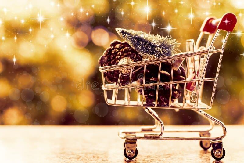 Xmas dekoracyjne rzeczy w mini wózek na zakupy lub tramwaju przeciw b zdjęcie stock