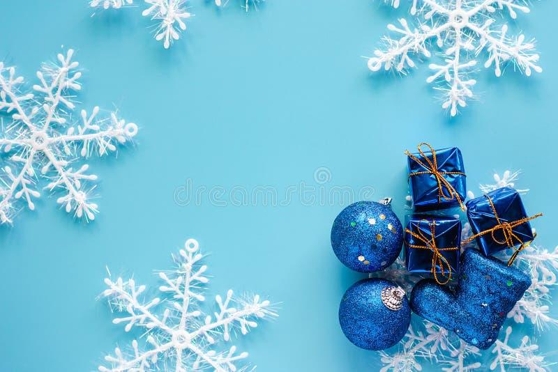Xmas-gåvaasken, blänker boll-, känga- och snöflingaprydnader på bl arkivbilder