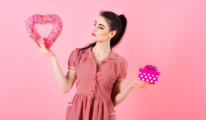 Xmas i zimy wakacji pojęcie Szczęśliwa młoda kobieta z romantycznymi xmas prezentami zdjęcia stock