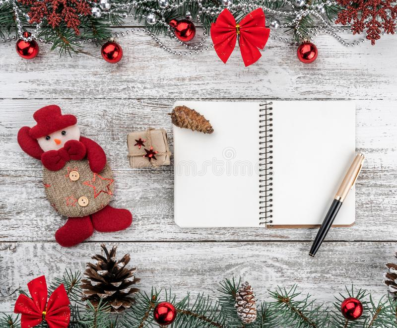 Xmas kartka z pozdrowieniami Stary drewniany bożego narodzenia tło Girlandy, baubles, płatek śniegu i inne wakacyjne rzeczy, jedl obraz stock