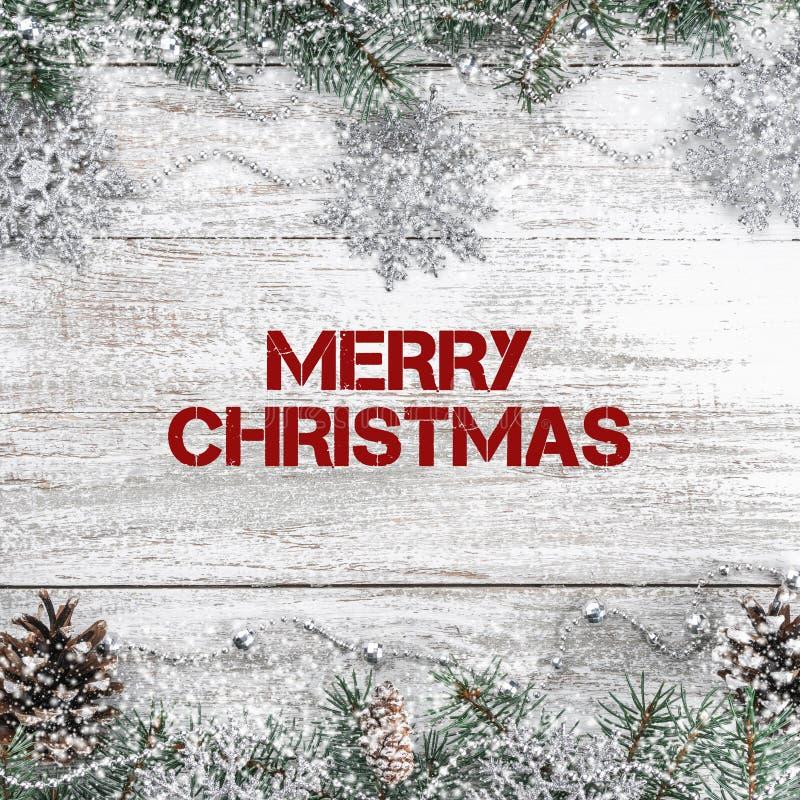 Xmas kartka z pozdrowieniami Stary drewniany bożego narodzenia tło Girlandy i płatek śniegu jedlinowi gałąź rożki Odgórny widok obrazy royalty free