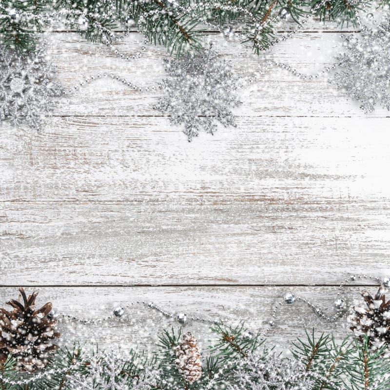 Xmas kartka z pozdrowieniami Stary drewniany bożego narodzenia tło Girlandy i płatek śniegu jedlinowi gałąź rożki Odgórny widok obrazy stock