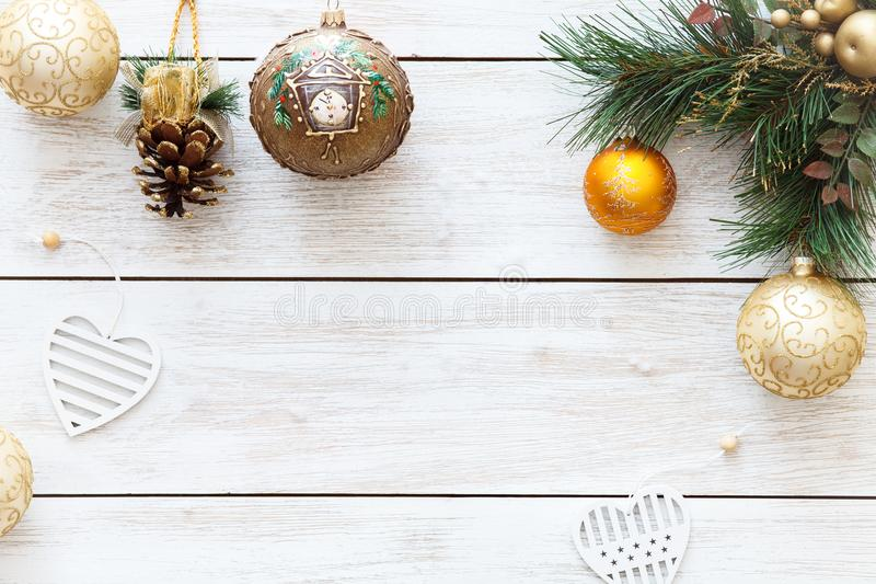 Xmas klumpa ihop sig på den glade julgranen, kortgarnering för lyckligt nytt år på vit träbakgrund, den bästa sikten, kopieringsu royaltyfria bilder
