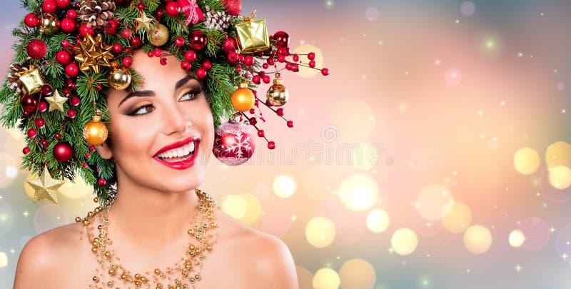 Xmas-modell Woman - feriemakeup med julgranen fotografering för bildbyråer
