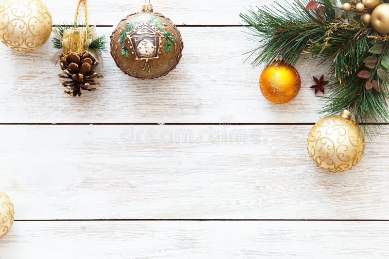 Xmas piłki na wesoło choince, szczęśliwa nowy rok karty dekoracja na białym drewnianym tle, odgórny widok, kopii przestrzeń obrazy stock