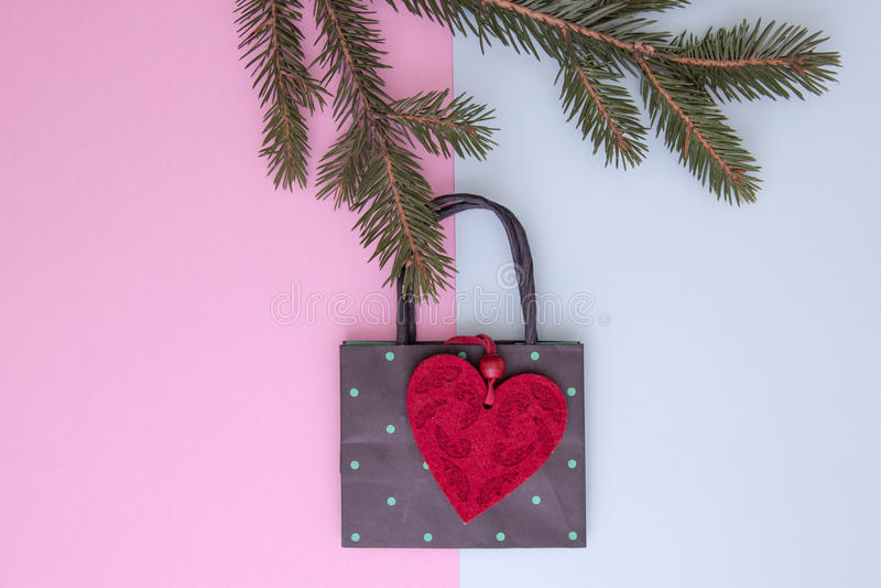 Xmas-sammansättning Shoppingpåsen som hänger på julträdet, fattar som garnering Shoppa, försäljnings- och gåvabegreppet Top beskå arkivbilder