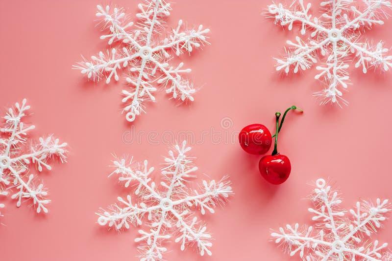 Xmas-snöflingan med fejkar på röda körsbärsröda prydnader och garnering royaltyfri foto