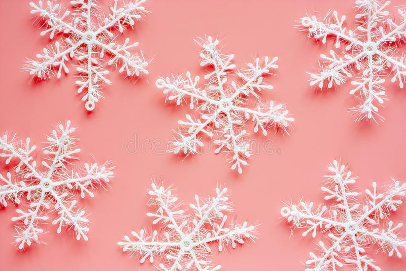 Xmas-snöflingaprydnader och garnering på rosa bakgrund arkivbild