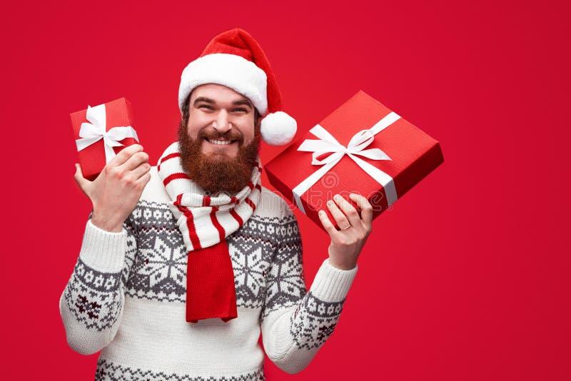 Xmas teraźniejszość od nowożytnego przyglądającego modnisia Santa zdjęcie royalty free