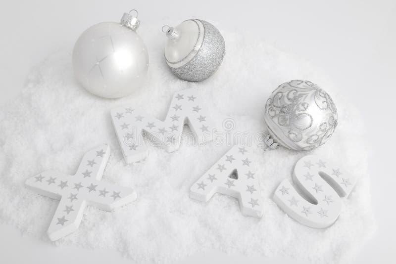 XMAS, vita träbokstäver och julbollar royaltyfria bilder