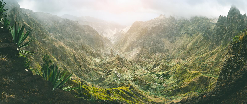 Xo-Xo dolina z srogimi szczytami otaczającymi górami Skłony zakrywają agaw roślinami Mała lokalna wioska lokalizować fotografia stock