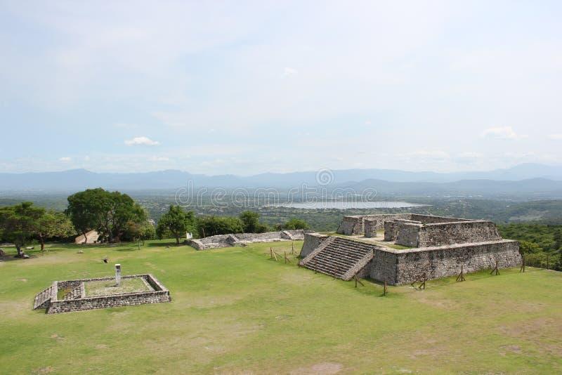 Xochicalco Glifo domstol med rodeo sjön royaltyfri foto