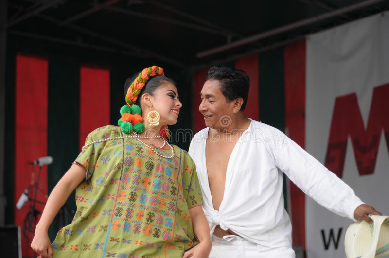 Xochicalli墨西哥民俗的小组的舞蹈家 免版税图库摄影