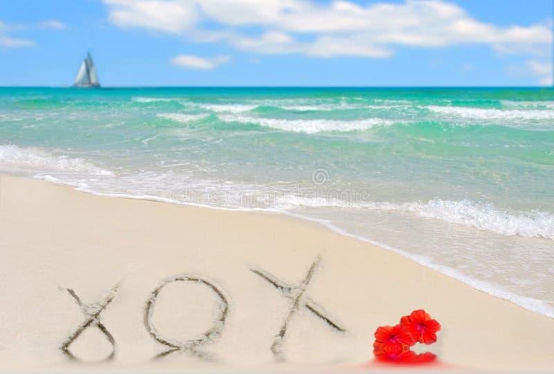 XOX im Sand stockfotos