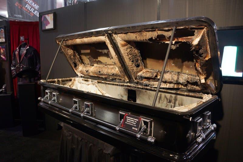 xploded Kist van Begrafenisondernemer versus Brock Lesnar-gelijke in Wrestlemania XXX op Vertoning stock fotografie