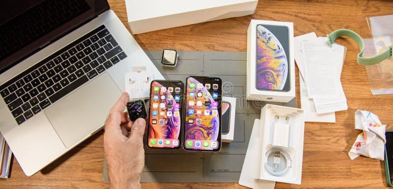 Xs för den nya iphonen håller ögonen på den maximal smartphonen och Apple serie 4 royaltyfri bild
