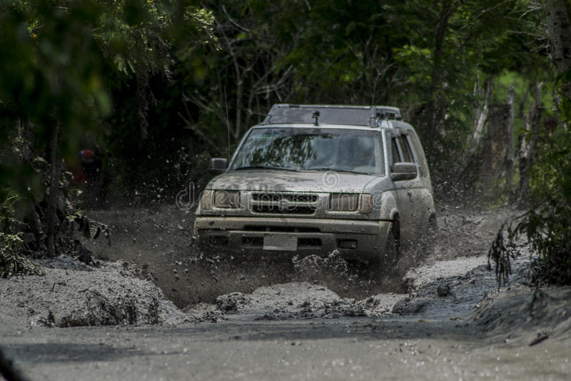 Xtrail de Nissan corrido na lama foto de stock royalty free