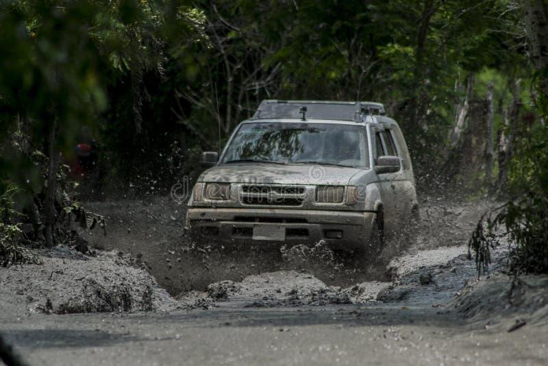 Xtrail de Nissan couru dans la boue photo libre de droits