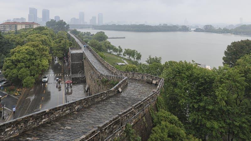 Xuanwu sjö i Nanjing som sett från väggarna royaltyfri foto