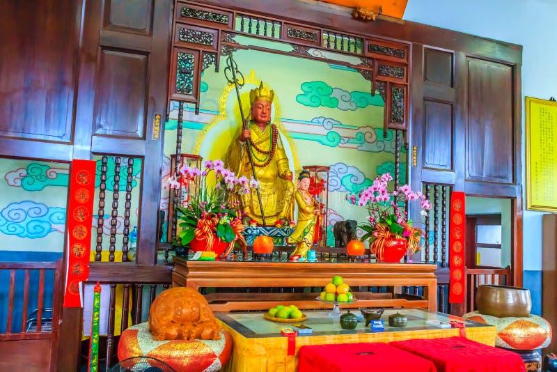 Xuanzang staty på måne för sol för Xuanzang tempel den närliggande sjön i Nant arkivbilder