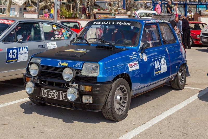 XV集会肋前缘Brava历史的赛车在一个小镇Palamos在卡塔龙尼亚 04 20 2018年西班牙,镇Palamos 免版税库存图片