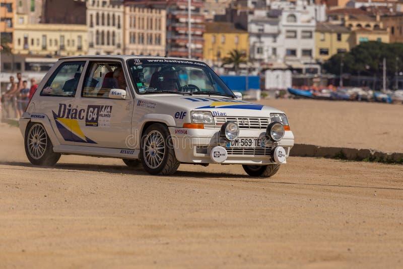 XV集会肋前缘Brava历史的赛车在一个小镇Palamos在卡塔龙尼亚 04 20 2018年西班牙,镇Palamosrenault, 免版税库存图片