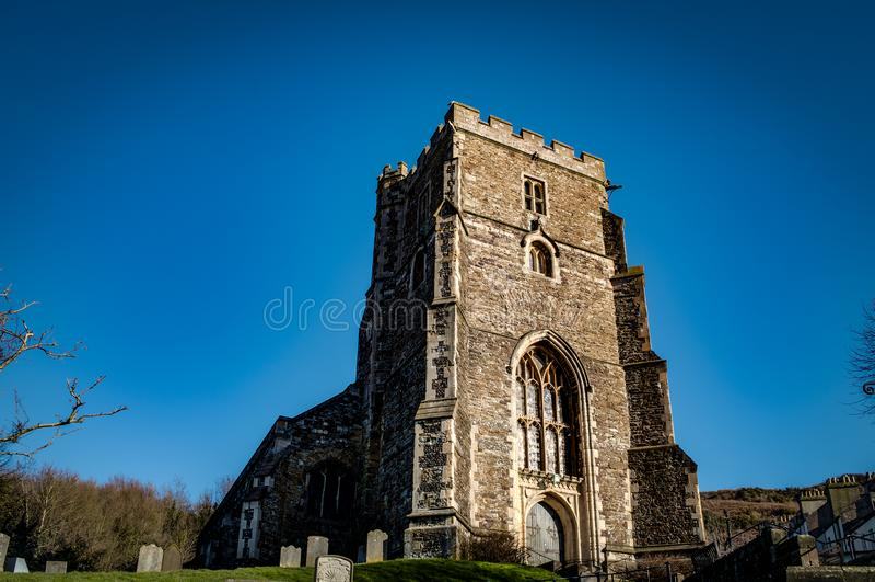 XV век вся Англиканская церковь Святых, традиционный английский каменный приход в старом городке Hastings, Сассекс, Англии, Велик стоковое фото
