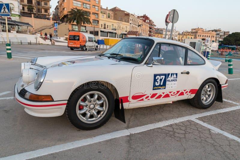XV carrera de coches de Costa Brava Historic de la reunión en una pequeña ciudad Palamos en Cataluña 04 19 2018 España, ciudad Pa imagen de archivo