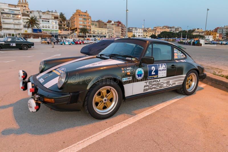 XV carrera de coches de Costa Brava Historic de la reunión en una pequeña ciudad Palamos en Cataluña 04 19 2018 España, ciudad Pa fotos de archivo
