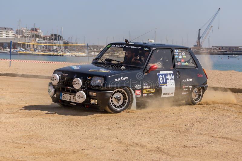 XV carrera de coches de Costa Brava Historic de la reunión en una pequeña ciudad Palamos en Cataluña 04 20 2018 España, ciudad Pa fotos de archivo libres de regalías